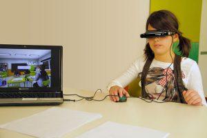 Imagen de una niña durante la realización del test de Aula Nesplora