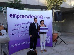 Judit Izquierdo en representación de Siquia recoge el Premio Emprendering.