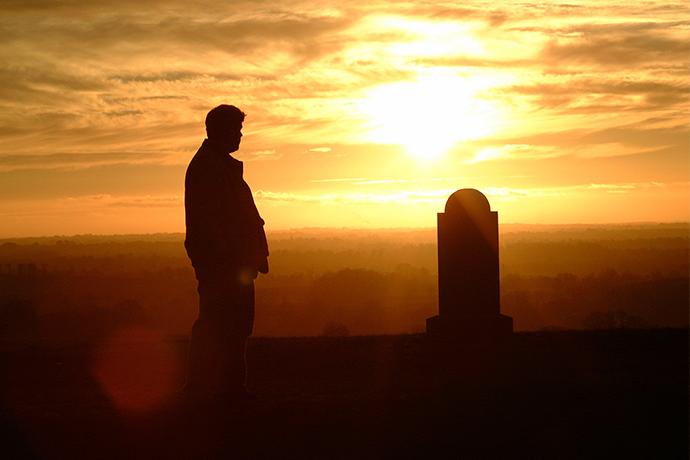 ¿Cómo se adapta una persona mayor a la muerte de un ser querido?