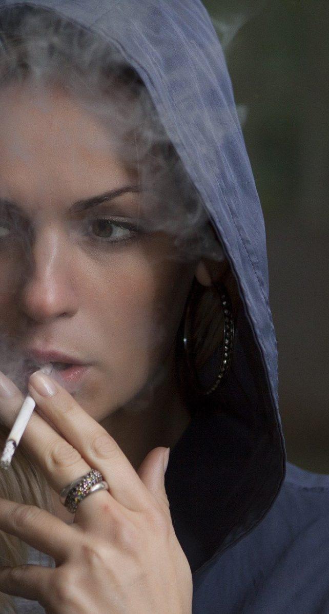 Un estudio revela que fumar también agrava riesgo de muerte por Covid-19: ¿cómo dejarlo?